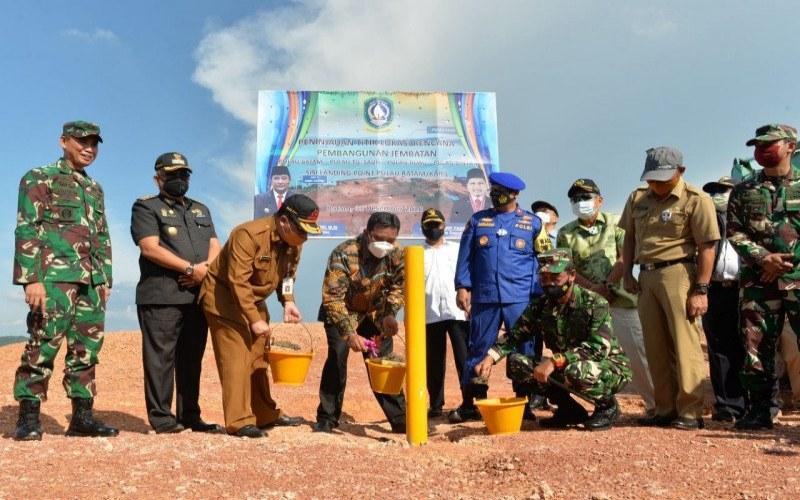Pjs. Gubernur Kepri Bahtiar dan jajaran melakukan pemancangan titik koordinat pembangunan jembatan Batam--Bintan di sisi landing point di Kabil, Pulau Batam, Selasa (1/12/2020). - ANTARA/HO