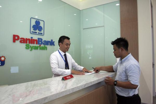 Aktivitas di kantor Bank Panin Syariah.  -  Bisnis/ Paulus Tandi Bone
