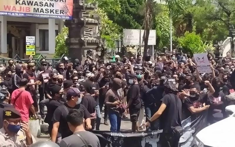Ilustrasi- aksi tuntut bebaskan Jrx di depan Pengadilan Negeri Denpasar, Kamis (29/9/2020). - Antara