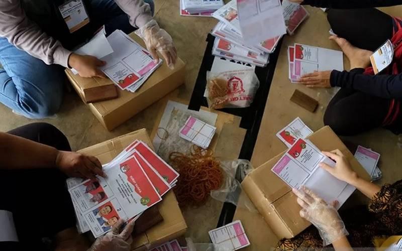 Pekerja melipat surat suara Pilkada Medan di Gudang Logistik KPU Medan, Sumatera Utara, Selasa (17/11/2020). - Antara