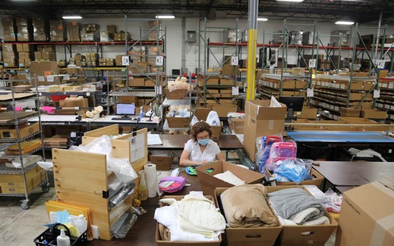 Pekerja di Amerika Serikat tengah menyortir barang. - Bloomberg