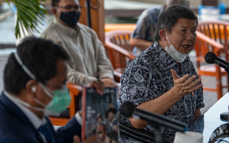 Wakil Ketua Dewan Pembina Partai Gerindra Hashim Djojohadikusumo (kanan) menyampaikan hak jawab atas pemberitaan Majalah Tempo di Jakarta, Jumat (4/12/2020). Hashim dan putrinya, Saraswati Djojohadikusumo membantah terlibat di kasus dugaan suap dalam perizinan ekspor benih lobster yang melibatkan mantan Menteri Kelautan dan Perikanan Edhy Prabowo. - ANTARA FOTO/Aditya Pradana Putra