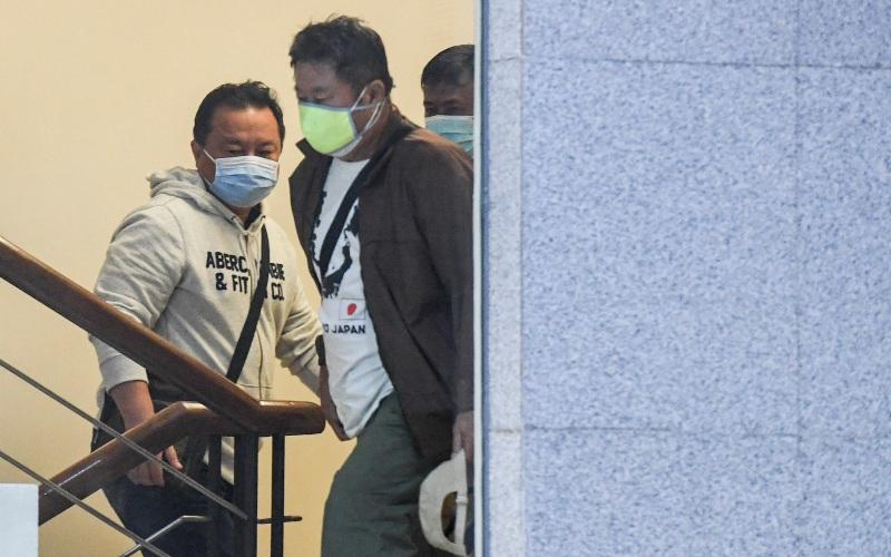 Petugas KPK membawa sejumlah orang yang diamankan dalam operasi tangkap tangan (OTT) Bupati Banggai Laut Wenny Bukamo ke dalam gedung KPK, Jakarta, Jumat (4/12/2020). - ANTARA FOTO/Hafidz Mubarak A