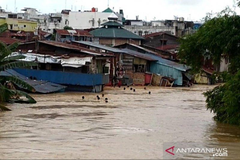 Ratusan rumah terendam banjir di Kota Medan. - Antara