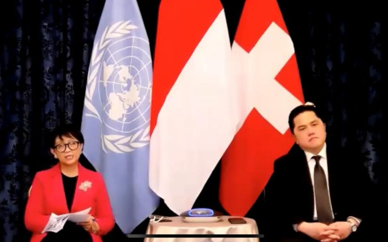 Menteri Luar Negeri Retno Marsudi didampingi Menteri BUMN Erick Thohir memberikan keterangan pers secara virtual terkait kunjungan ke Swiss untuk membahas kerja sama bilateral dan multilateral, Jumat (16/10) -  Youtube Kementerian Luar Negeri
