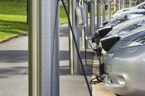 Ilustrasi kendaraan listrik sedang mengisi tenaga.  - IEA