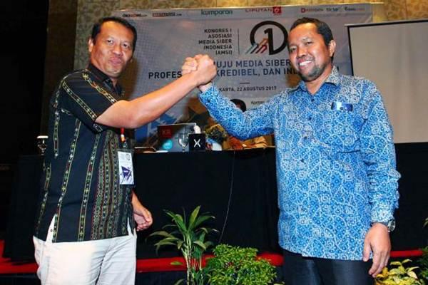 Ketua Umum AMSI terpilih secara aklamasi Wenseslaus Manggut (kanan) melakukan salam komando dengan kandidat ketua Atmaji Sapto Anggoro saat kongres I Asosiasi Media Siber Indonesia (AMSI) di Jakarta, Selasa (22/8). Wenseslaus Manggut terpilih menjadi ketua umum untuk periode 2017-2020. - JIBI/Dwi Prasetya