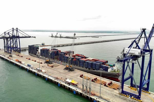 Suasana bongkar muat kapal kontainer di Terminal Multiguna Pelabuhan Kuala Tanjung, Kabupaten Batu Bara, Sumatra Utara, Kamis (27/12). - Bisnis/Abdullah Azzam