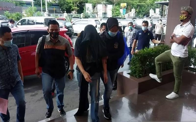 Penyidik Satnarkoba Polres Metro Jakarta Selatan menangkap artis berinisial IBS terkait narkoba, Jumat (4/12/2020). - Antara