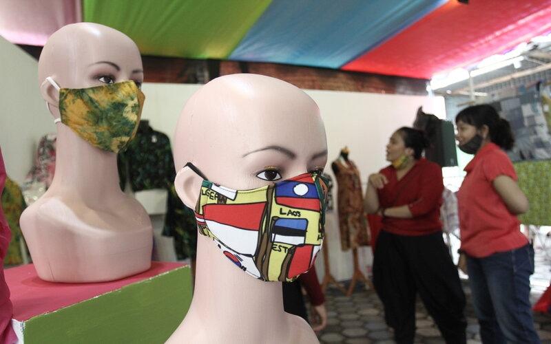 Pengunjung melihat produk UMKM saat pameran Rona Expo di Kafe Susu Tuli, Panembahan, Kraton, Yogyakarta, Senin (30/11/2020). Pameran produk UMKM dan lukisan karya dari Komunitas Difabel Yogyakarta tersebut merupakan rangkaian dari Pekan Budaya Difabel, berlangsung hingga 4 Desember 2020. - Antara/Hendra Nurdiyansyah.