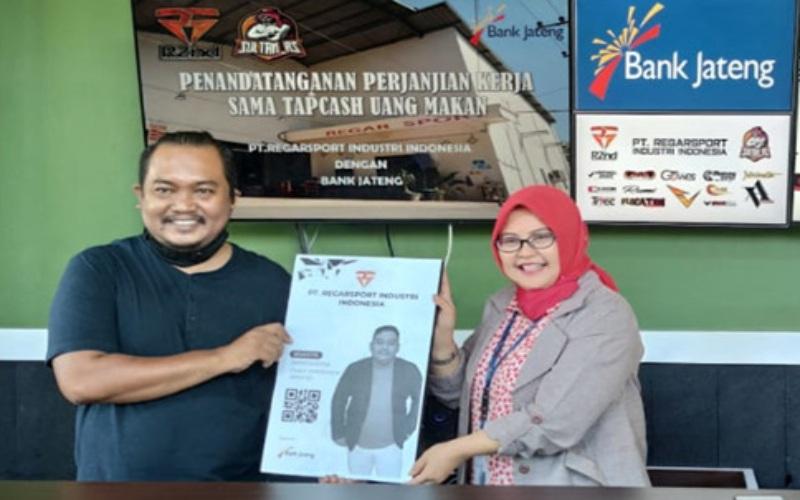 Pemimpin Bank Jateng Cabang Wonogiri Ratna Sulistyawati dan Direktur Regar Sport Jumariyanto menandatangani perjanjian kerja sama penggunaan uang elektronik untuk para karyawan.