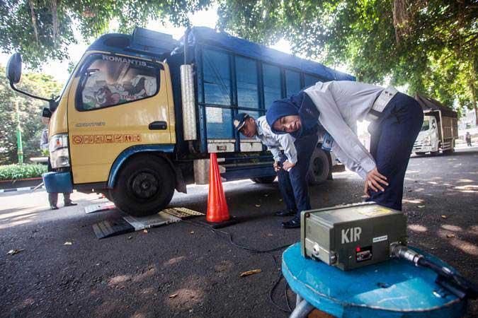 Petugas melakukan pemeriksaan tonase beban kendaraan saat razia mobil angkutan barang dan penumpang di Lapangan Denggung, Sleman, DI Yogyakarta, Selasa (14/5/2019). - ANTARA/Andreas Fitri Atmoko