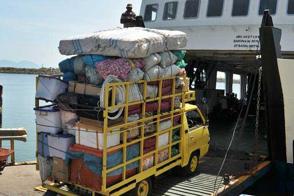 Mobil sarat muatan barang kebutuhan pokok memasuki kapal penyeberangan KMP Tanjung Burang di pelabuhan Ulee Lheue, Banda Aceh, Senin (19/6). - Antara/Ampelsa