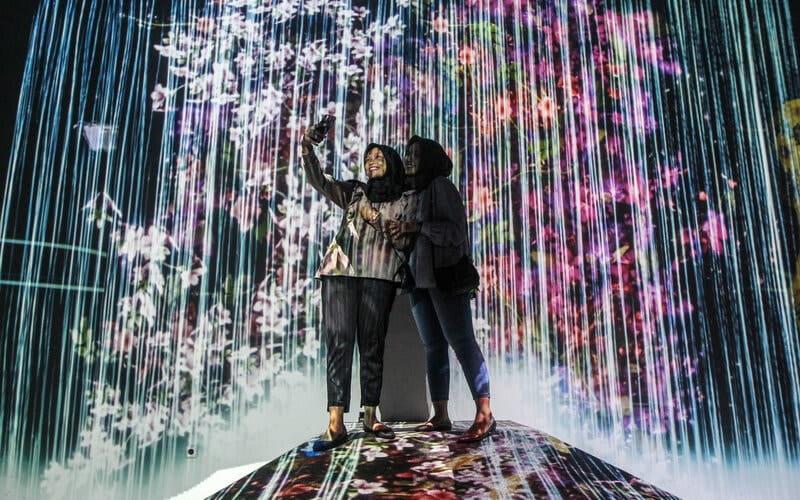 Pengunjung ber-swa foto di wahana Milenial Glow Garden Jatim Park 3, Senin 30/11/2020. - Bisnis/Syaharuddin Umngelo