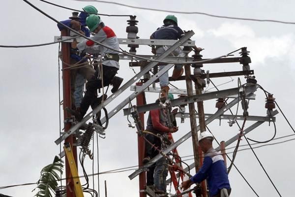 Teknisi melakukan perawatan rutin perbaikan jaringan listrik di Makassar, Sulawesi Selatan, Senin (12/2). - JIBI/Paulus Tandi Bone