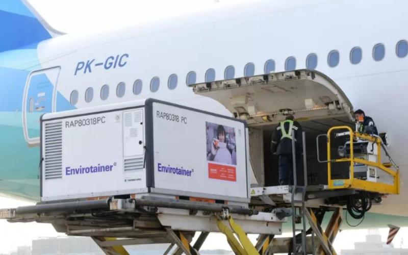 Ilustras-Envirotainer tempat menyimpan vaksin Covid-19 yang dibawa dari China oleh pesawat Garuda jenis Boeing 777-300 ER dengan nomor registrasi PK-GIC yang lepas landas dari Bandara Internasional Soekarno-Hatta pada pukul 05.30 WIB. - presidenri.go.id