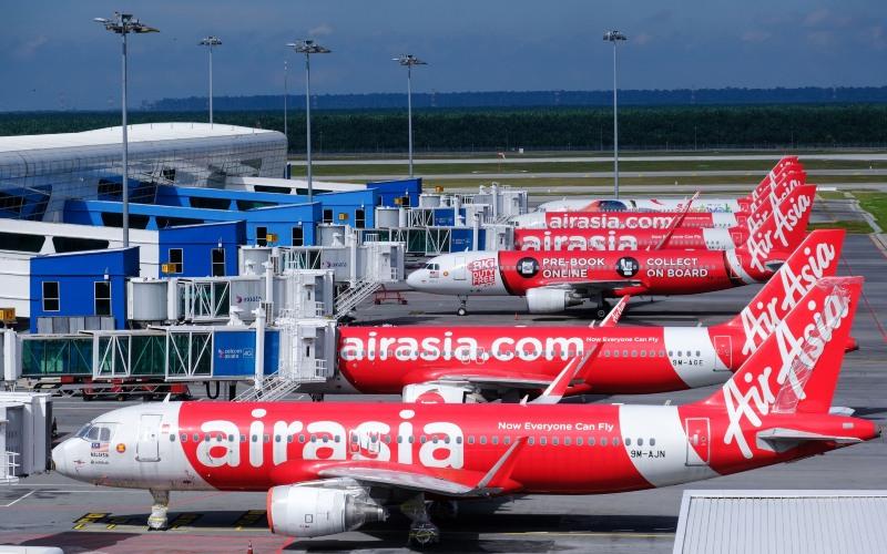 Armada AirAsia parkir di Kuala Lumpur International Airport 2 (KLIA 2) di Sepang, Malaysia, Senin (24/8/2020). - Bloomberg/Samsul Said