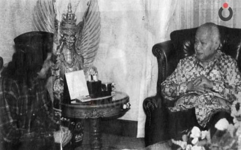 Foto Cak Nun saat bertemu Presiden ke-2 RI Soeharto. - Twitter