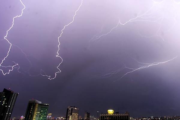 Lidah petir menjalar di langit Jakarta, Sabtu (1/4). - Antara/Muhammad Adimaja