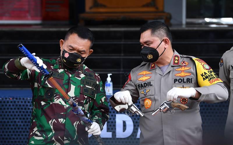 Kapolda Metro Jaya Irjen Pol Fadil Imran (kanan) bersama Pangdam Jaya Mayjen TNI Dudung Abdurachman menunjukkan barang bukti terkait penyerangan Polisi di Polda Metro Jaya, Jakarta, Senin (7/12/2020). - Antara