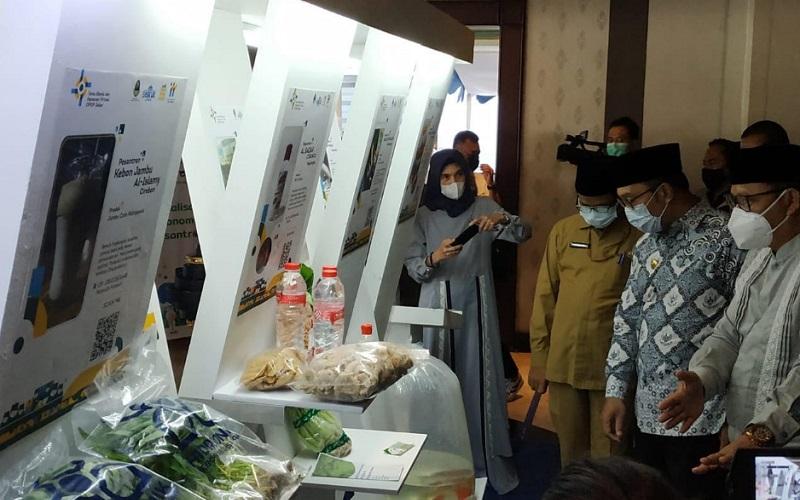 Gubernur Jabar Ridwan Kamil meninjau produk-produk yang dikembangkan pondok pesantren - Bisnis/Wisnu Wage