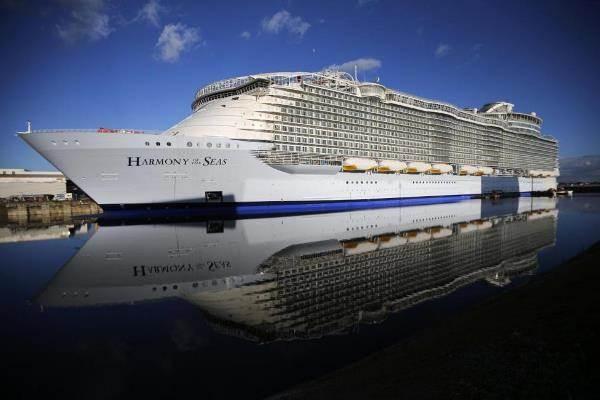 Kapal Harmony of the Seas saat berada di dermaga STX Les Chantiers de l'Atlantique di Saint-Nazaire, Prancis. Kapal milik The Royal Caribbean ini merupakan kapal pesiar terbesar di dunia. - Reuters/Stephane Mahe