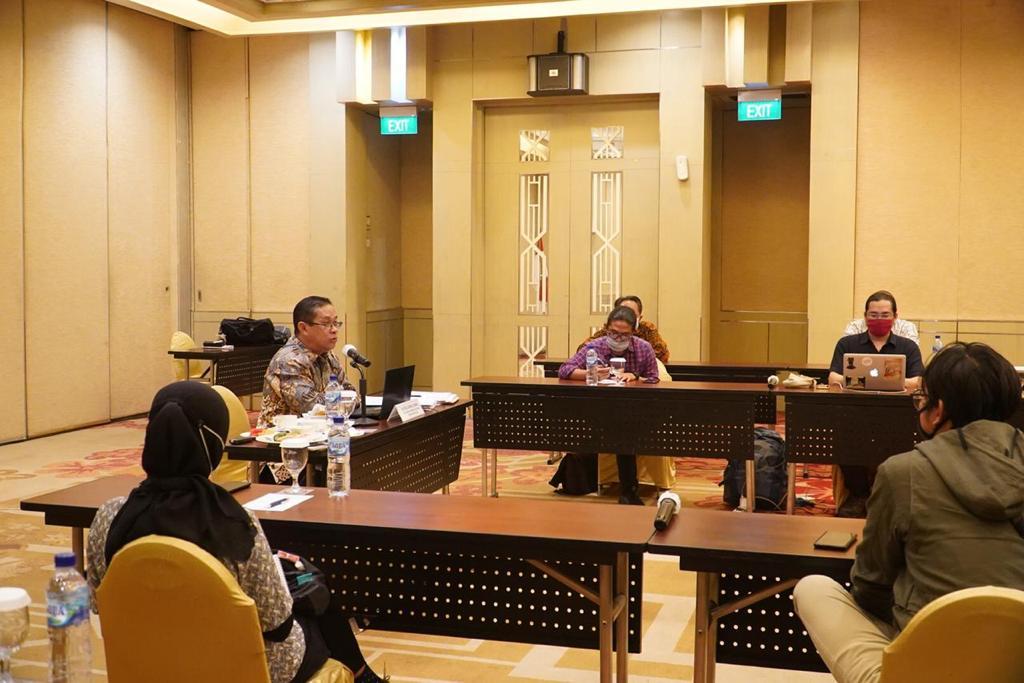 Foto: Suasana sosialisasi dan serap aspirasi UU Ciptaker secara virtual kepada sejumlah duta besar dan perwakilan RI di luar negeri yang digelar di Bandung, Selasa (8 - 12)