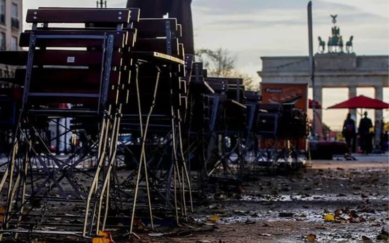 Puluhan kursi dan meja di rantai dan terkunci milik sebuah restoran di dekat gerbang Brandenburg saat pemerintah memberlakukan lockdown dalam beberapa bulan terakhir akibat wabah Covid-19 di Berlin, Jerman (2/11/2020). - Antara/Reuters