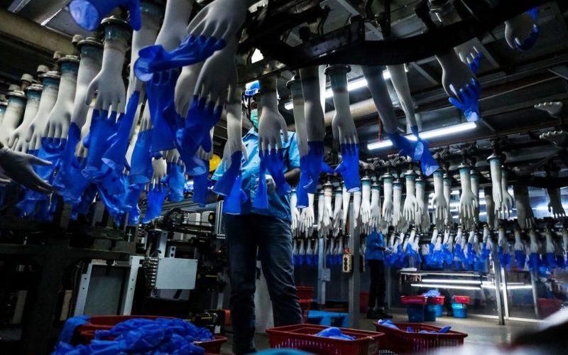 Aktivitas produksi sarungan tangan di pabrik  Top Glove Corp, Setia Alam, Malaysia. Fotografer: Samsul Said  -  Bloomberg
