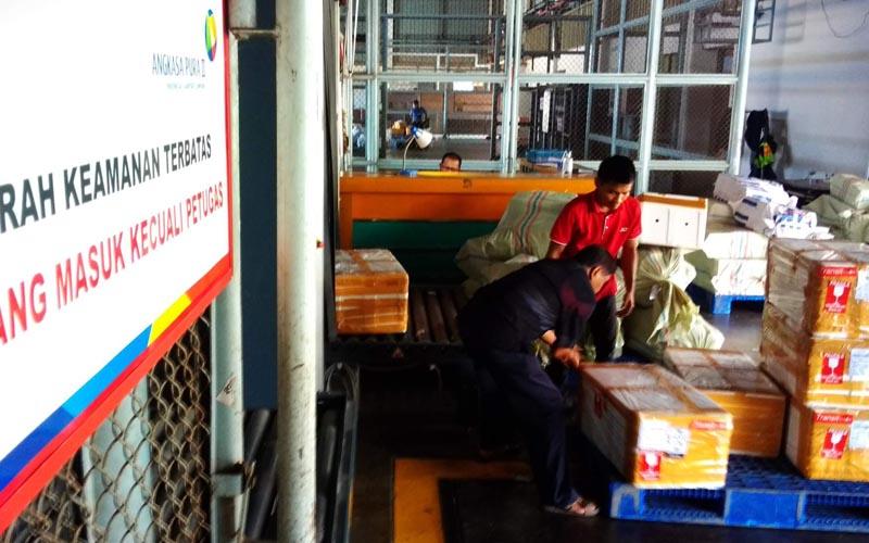 Aktivitas angkutan barang di PT Angkasa Pura Kargo Bandara Internasional Minangkabau (BIM) pada Senin 19 Oktober 2020. - Bisnis/Noli Hendra