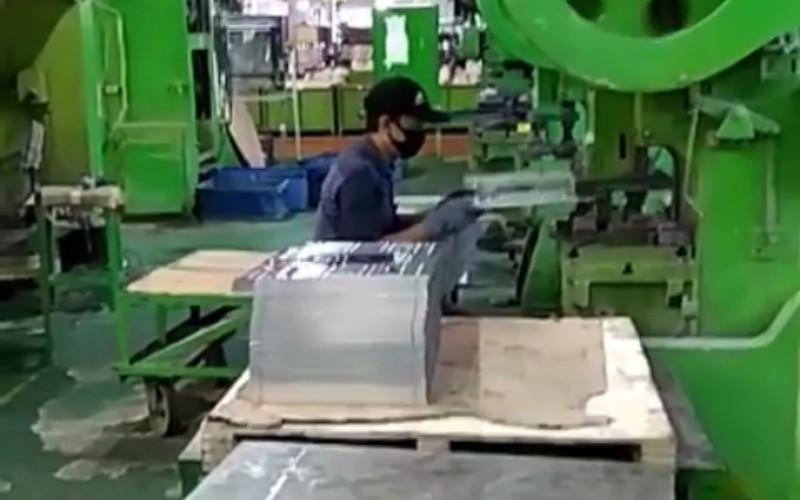 Aktivitas produksi di pabrik Fujisei Metal Indonesia. Evaporator dibuat dari bahan logam antikarat, yaitu tembaga dan almunium.  - Instalgram