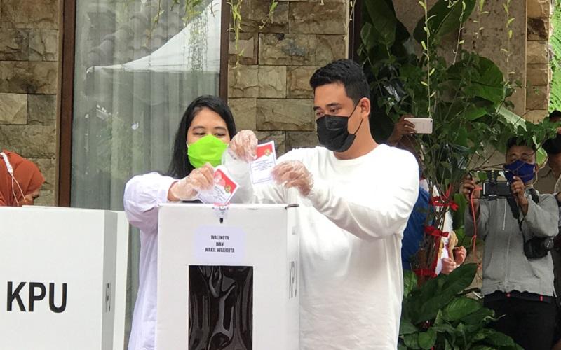 Calon Wali Kota Medan No urut 2 Bobby Nasution dan Istri Kahiyang Ayu mencoblos pada Pilkada Kota Medan, Rabu (9/12/2020).  -  Bisnis / Cristine Evifania.