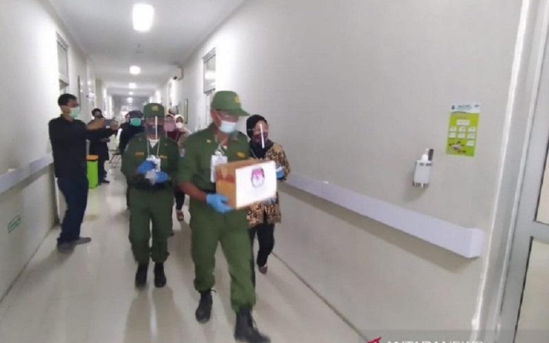 Petugas melakukan pemungutan suara Pilkada Tasikmalaya bagi pasien yang dirawat di RSUD SMC Singaparna, di Kabupaten Tasikmalaya - Antara