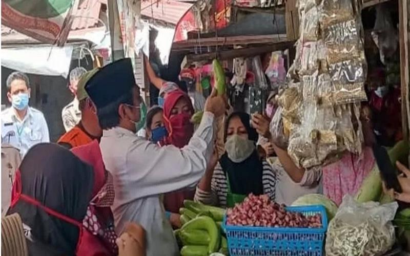 Wakil Bupati Gresik, Mohammad Qosim (putih) saat meninjau Pasar Balongpanggang, Rabu (5/8/2020). - Antara