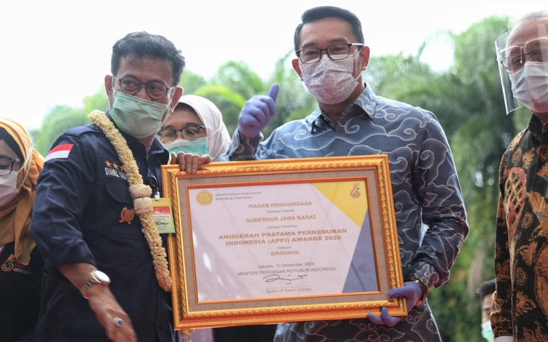 Ridwan Kamil menerima penghargaan untuk Kategori Birokrasi Gubernur langsung dari Menteri Pertanian Republik Indonesia Syahrul Yasin Limpo pada puncak Peringatan ke-63 Hari Perkebunan di Scientia Park, Kabupaten Tangerang, Provinsi Banten, Kamis (10/12 - 2020)