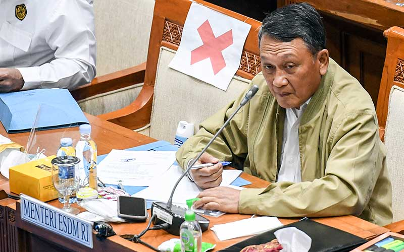 Menteri ESDM Arifin Tasrif mengikuti rapat kerja dengan Komisi VII DPR di kompleks Parlemen, Senayan, Jakarta, Senin (23/11/2020). ANTARA FOTO - Hafidz Mubarak A