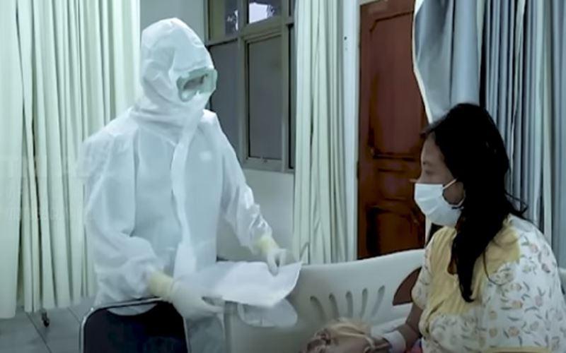 Seorang tenaga medis sedang menjelaskan hasil tes swab kepada pasien - Bisnis/Nancy Junita