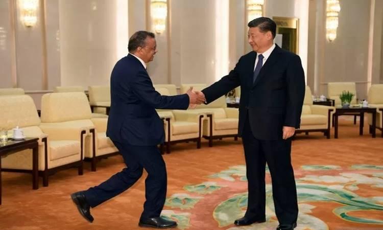 Direktur Jenderal Organisasi Kesehatan Dunia (WHO) Tedros Adhanom menyalami Presiden China Xi Jinping di Great Hall of the People di Beijing, China, Selasa (28/1/2020), dalam kunjungannya ke negara itu berkenaan dengan penanganan wabah COVID-19./Antara - Reuters