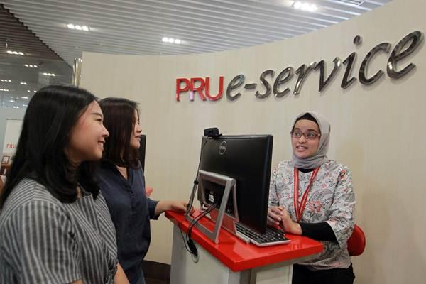 Petugas Customer Care Prudential Indonesia memberikan layanan konsultasi kepada nasabah di Prudential Tower, Jakarta, Kamis (18/10/2018). - JIBI/Dwi Prasetya