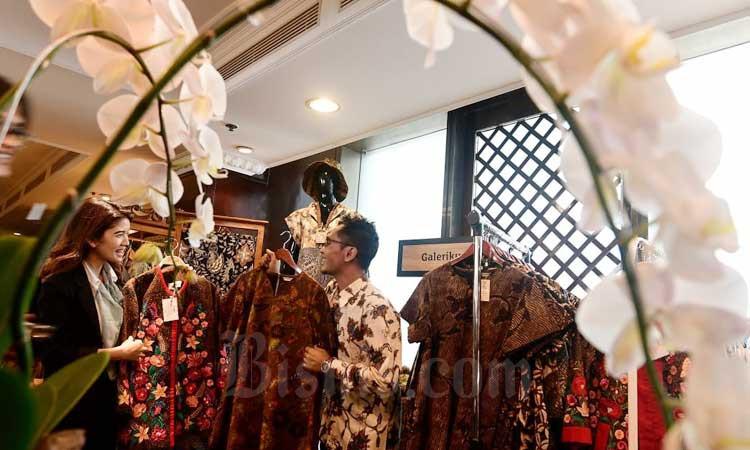Pengunjung melihat produk UMKM di Jakarta, belum lama ini. Bisnis - Abdurachman