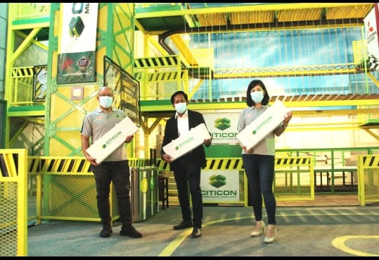 Foto: Bpk. Tarno Darwan, City Major Kidzania Surabaya, diapit Bpk. Cipto Prabowo Atmojo dan Ibu Sherly, Direktur PT Citicon Nusantara Industries.