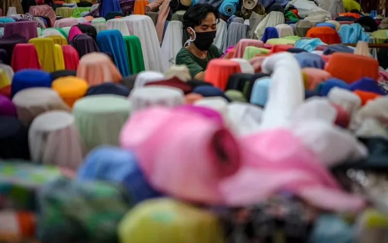 Pedagang menata kain tekstil dagangannya di Cipadu, Kota Tangerang, Banten, Kamis (16/4 - 2020). ANTARA.