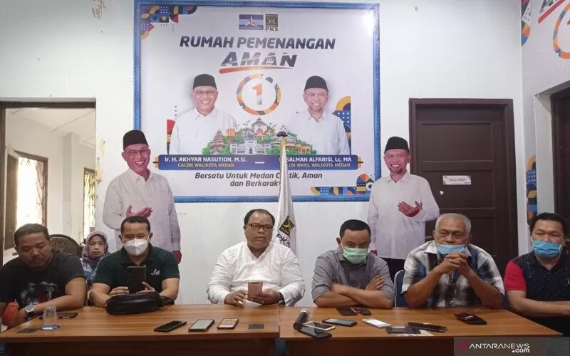 Wakil Ketua Tim Pemenangan AMAN Gelmok Samosir (ketiga kiri) ketika memberikan keterangan pers di Rumah Pemenangan AMAN, Jalan Sudirman, Medan, Ahad (13-12-2020). - Antara/Said