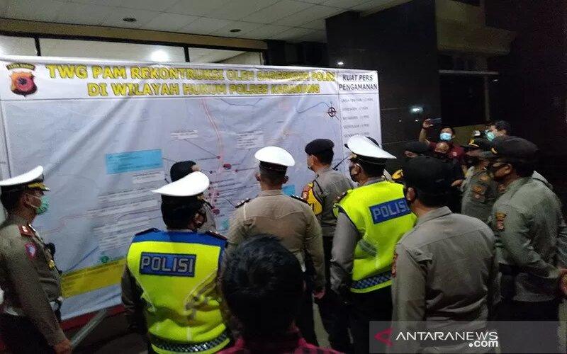 Sejumlah petugas kepolisian sedang melakukan persiapan rekonstruksi kejadian di Kilometer 50 jalan Tol Jakarta-Cikampek. - Antara/Ali Khumaini.