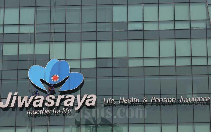 Pekerja membersihkan logo milik PT Asuransi Jiwasraya (Persero) di Jakarta, Rabu (31/7). Bisnis - Abdullah Azzam