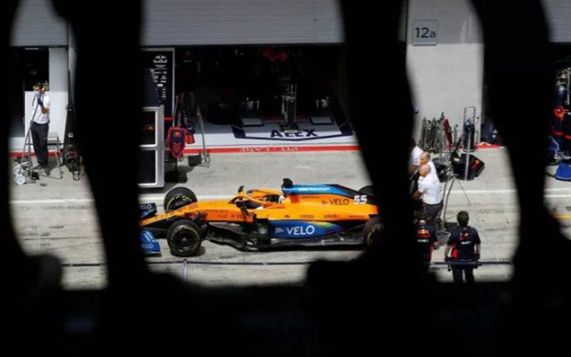 Foto file: Mobil pebalap F1 McLaren Carlos Sainz Jr. terlihat sebelum perlombaan di GP Steiermark di Austria pada 12 Juli 2020./Antara - Reuters