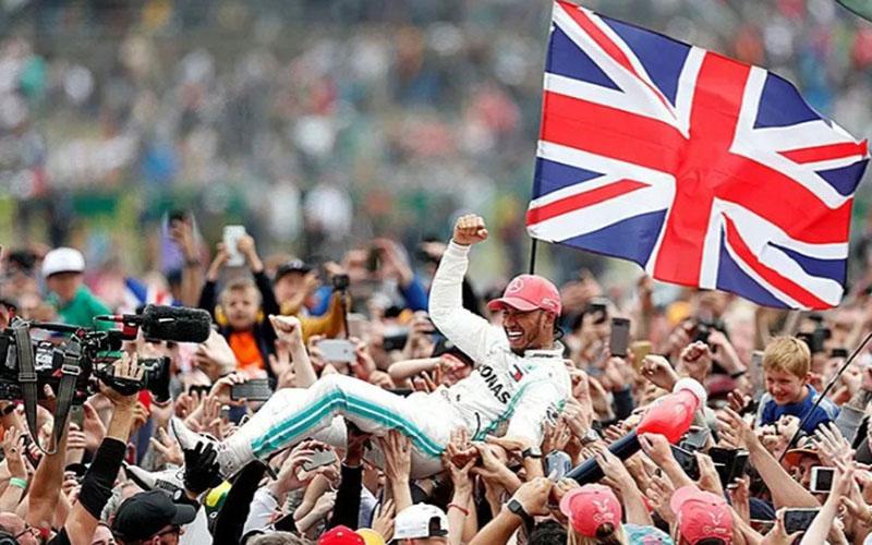 Pebalap tim Mercedes Lewis Hamilton setelah menjuarai Grand Prix Britania di Sirkuit Silverstone, Inggris, pada 14 Juli 2019./Antara - Reuters