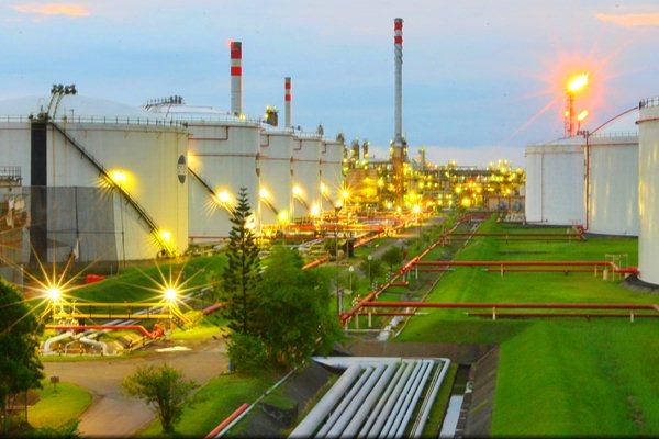 Sejumlah tangki timbun Refinery Unit (RU) IV Pertamina terlihat dari ketinggian di Cilacap, Jawa Tengah. (7/1). - JIBI