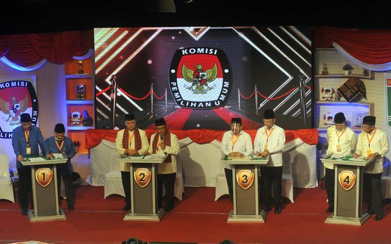 Pasangan calon Gubernur dan Wakil Gubernur Sumbar nomor urut 1 Mulyadi - Ali Mukhni (kiri), nomor urut 2 Nasrul Abit - Indra Catri (kedua kiri), nomor urut 3 Fakhrizal - Genius Umar (kedua kanan), dan nomor urut 4 Mahyeldi - Audy (kanan), mengikuti Debat Publik Pemilihan Gubernur (Pilgub) Sumbar, di Padang, Sumatera Barat, Senin (23/11/2020) malam. - Antara