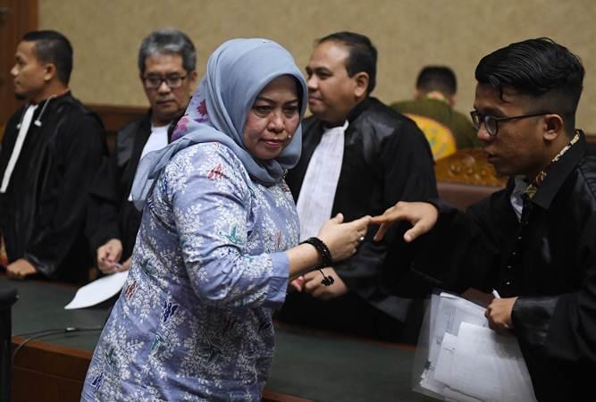 Terdakwa kasus dugaan suap DPRD Sumatra Utara Tiaisah Ritonga (kiri) berjalan meninggalkan ruangan usai mengikuti sidang pembacaan putusan di Pengadilan Tipikor, Jakarta, Kamis (14/02/2019). - ANTARA/Akbar Nugroho Gumay